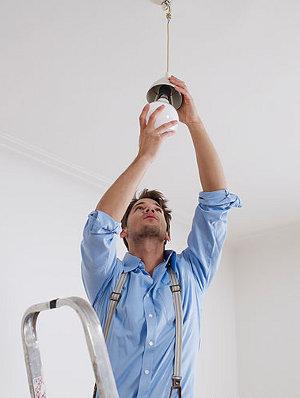 замена лампочки при ремонте светильника